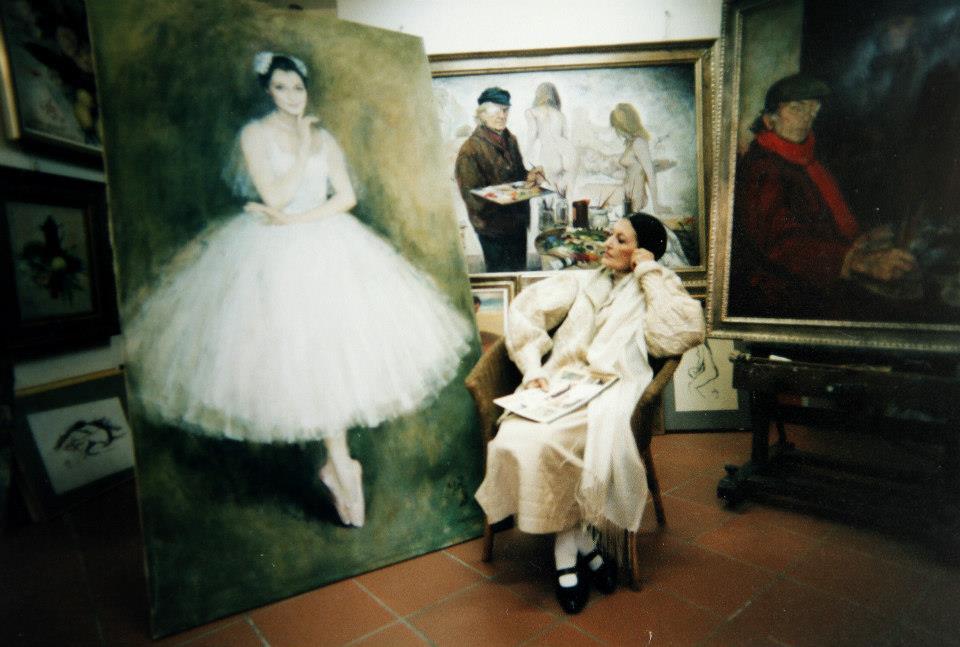 Carla Fracci ammira se stessa