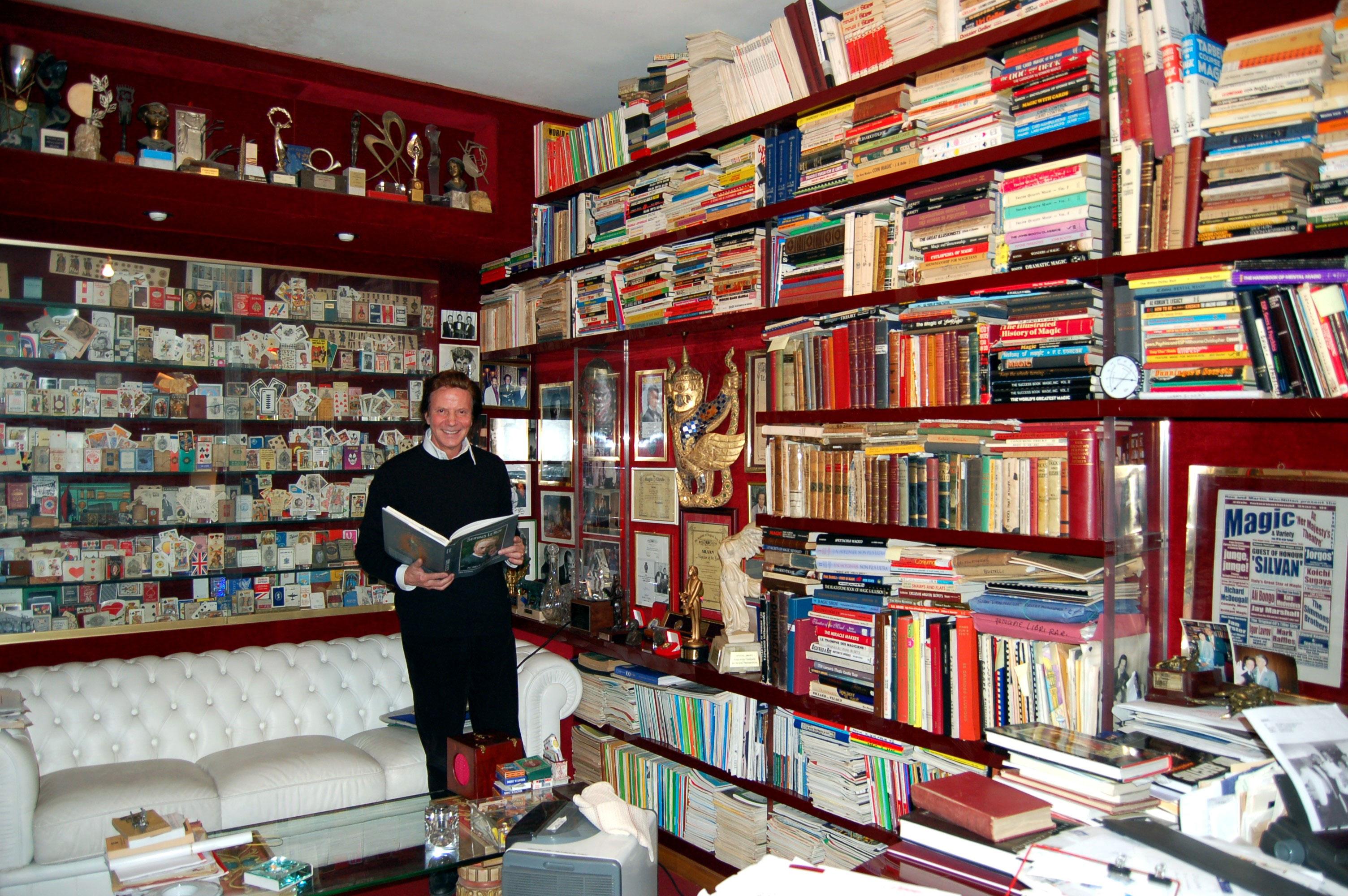 Silvan  e la sua biblioteca di testi sulla magia